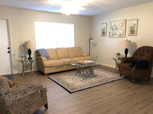 Cute Furnished 2/2 Near Lakes, Golf & Nature