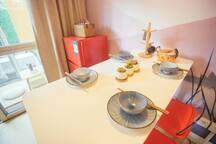 日式餐具与现代感的家具搭配
