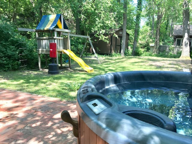Pres Du Lac - Hot Tub, sleeps 10 & 1 Block to the Beach! New Fall Rates!