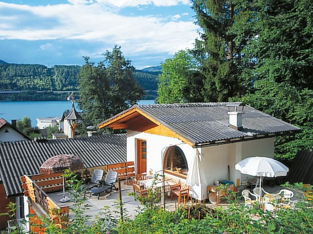 Cozy cottage with private bathing area, just 150 m from the lake