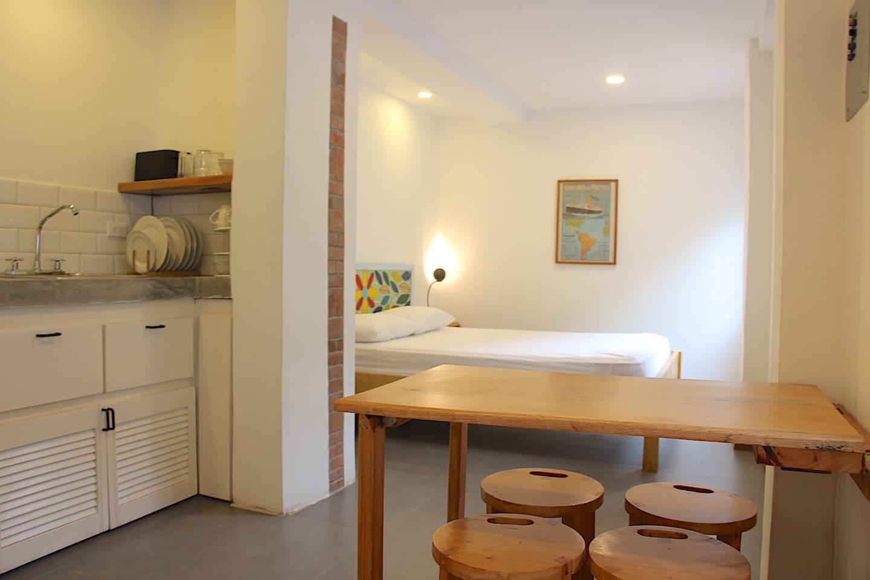 El Studio es una parte de la Casa Dinis, un espacio acogedor para una pareja más dos niños pelo que tiene una cama queen y dos sillas/camas pequeñas, con su baño privado y una kitchenette.