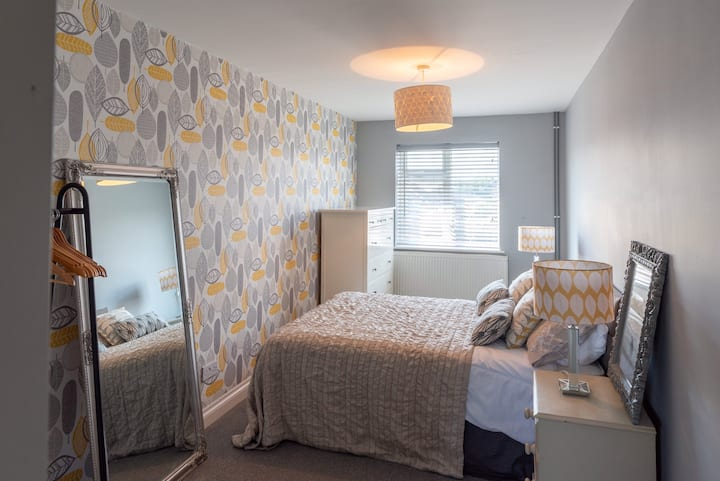 Stylish Double En-suite Room with Parking in Town