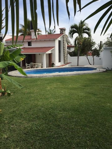 Acogedora casa con alberca y jardín - Tres de Mayo - Casa