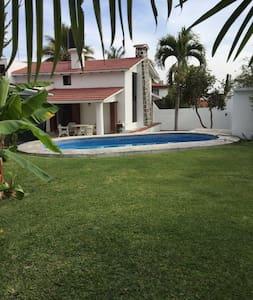 Acogedora casa con alberca y jardín - Трес-де-Майо - Дом