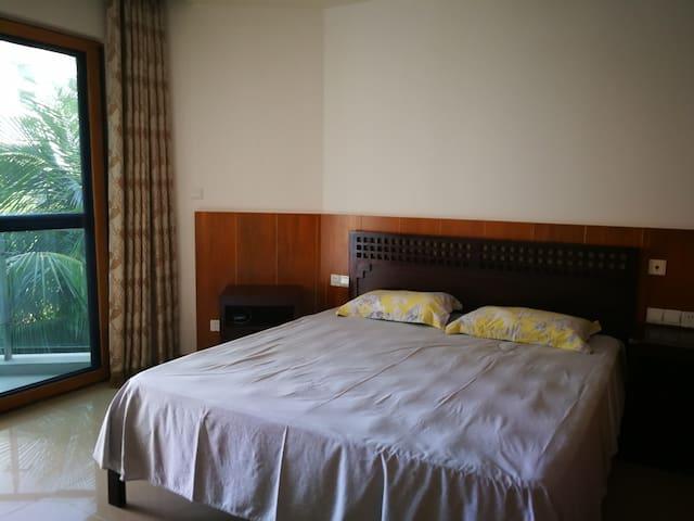 主卧180*200大床,带阳台和卫生间