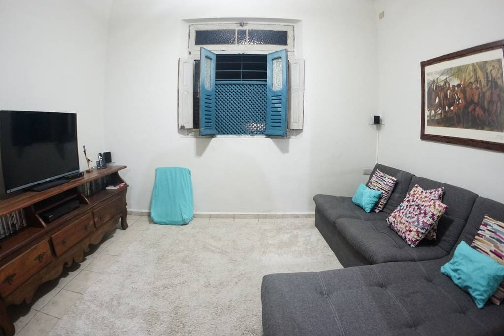 Sala de estar e TV.