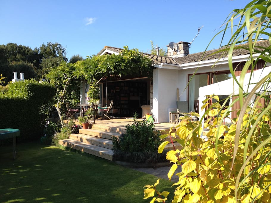 MODERN 4 BED BUNGALOW WITH SUNNY GARDEN