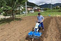 Farm work in the field managed by the B&B 宿の目の前に畑があります。農作業の体験もできますよ。