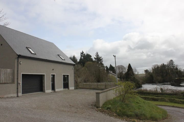 Spacious Two bed studio apartment - Belleek - House