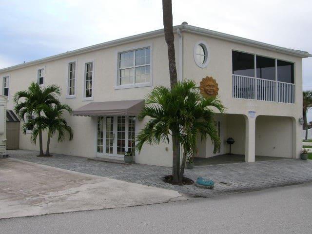 WALK TO THE BEACH! LARGE HOME! - Jensen Beach - Haus