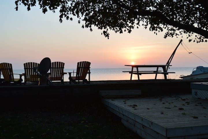 Sunsets by the Bay, Waterfront, Lake Erie Cottage