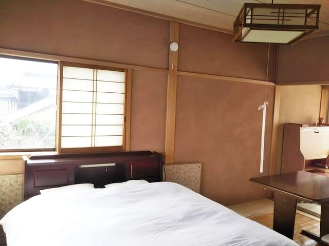 二階寝室 (Second floor guest room)