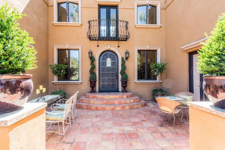 Are you in Italy or Encinitas? Encinitas with a nod to the romance of Italy. Welcome to a vacation to remember! Romantic front courtyard. Al fresco dining for 6.