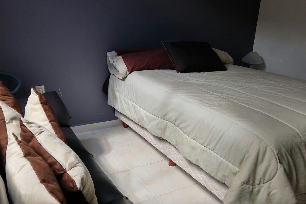 Recamara de huspedes, cuenta con un sofa.