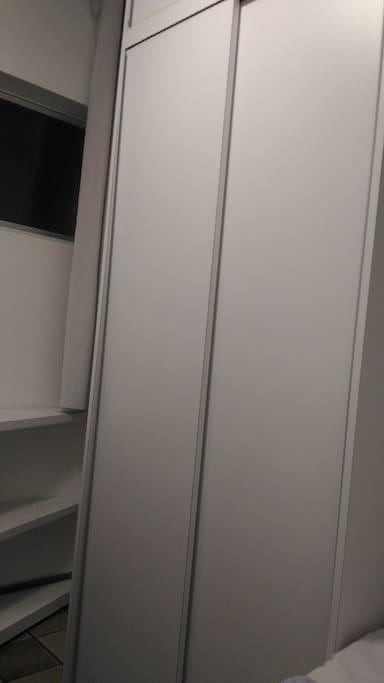 Com guarda roupa de duas portas.