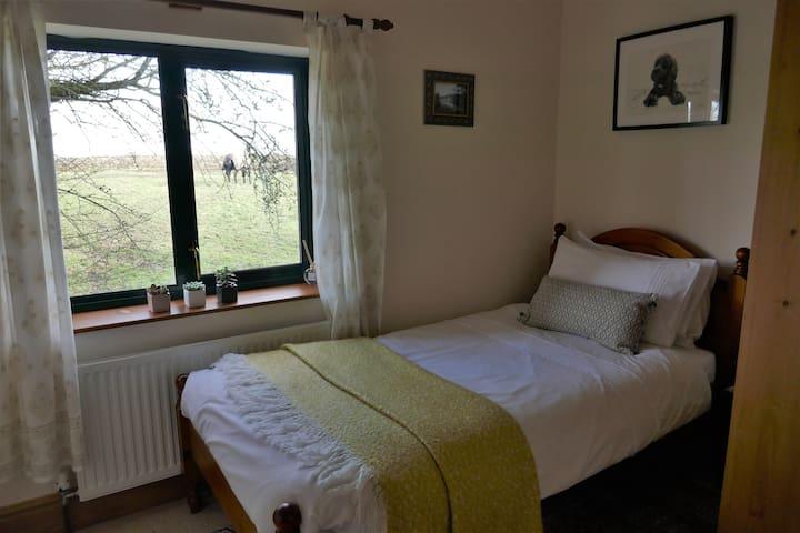 Cosy Single Room in Quiet Cottage.