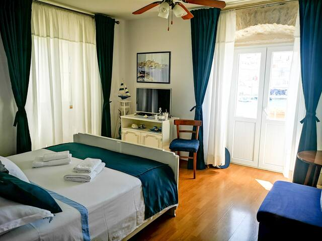 Castel Nonna Franka- Room with unique balcony
