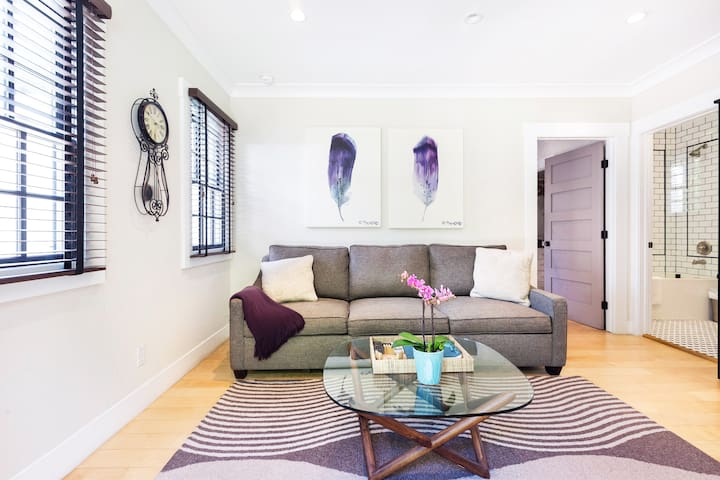 Cozy Guesthouse in West Hollywood with Rose Garden