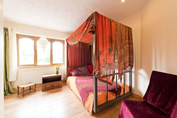 Eastern Quirkiness 4ft Four-poster - Rathdrum