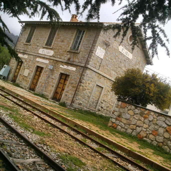 La vecchia stazione ferroviaria sita proprio davanti alla struttura.