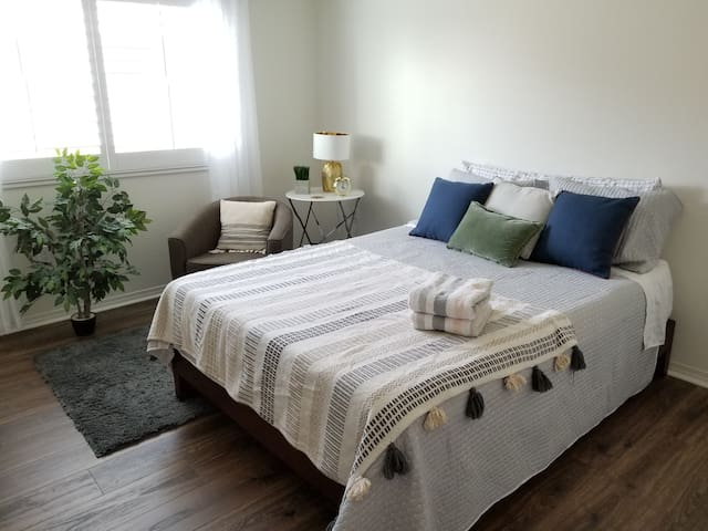 New modern room / private bath 15 min from Disney