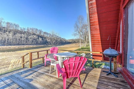 Cozy 1BR Bluff City Cabin Beside a River! - Bluff City - Zomerhuis/Cottage
