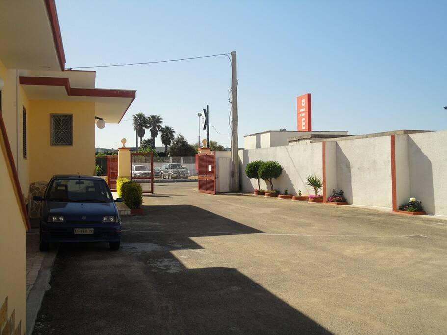 Ingresso struttura con parcheggio privato e recintato