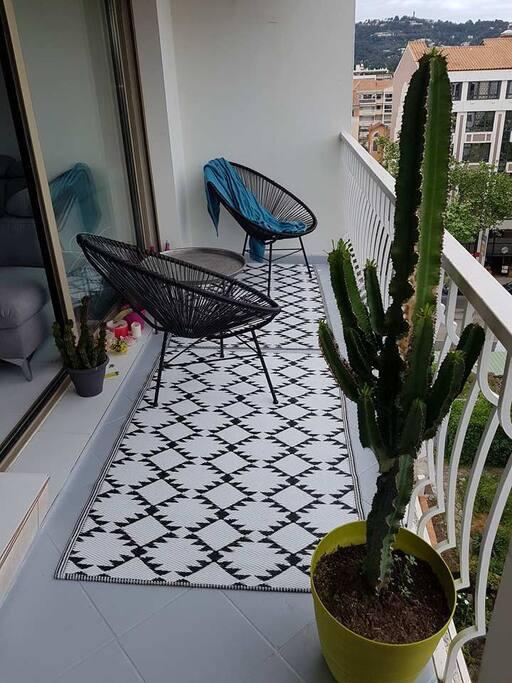 le balcon adjacent au salon et à la cuisine