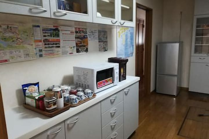 キッチンに電子レンジ、電気ポット、お茶コーヒーをおいてあります。ご自由に使ってください。