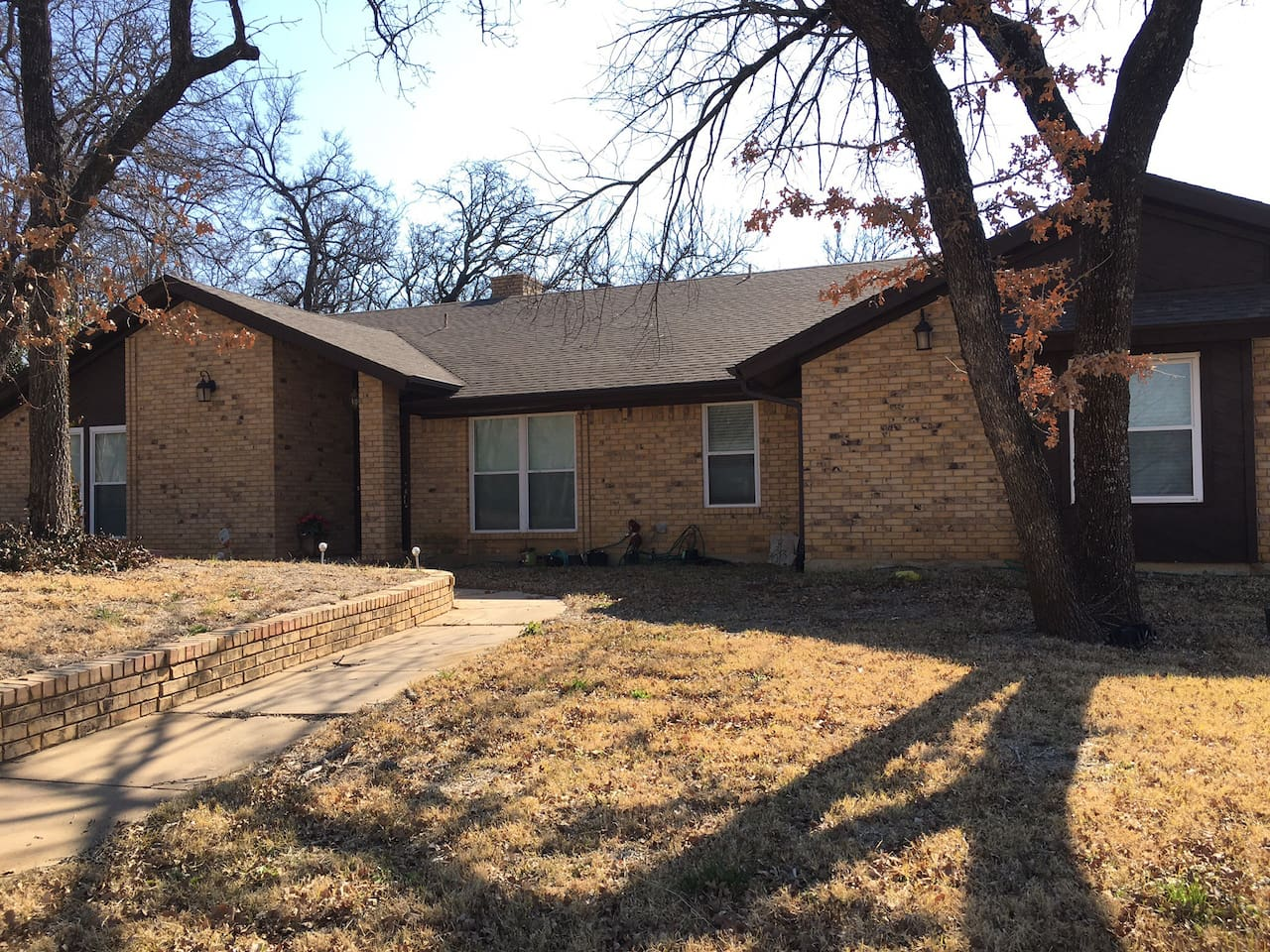 Beautiful home in Fort Worth. 2 bedrooms with queen beds, 2 full bathrooms,  Full Kitchen, Laundry, Dinning and super comfy Living Rooms. Free Wifi, TV and Music.