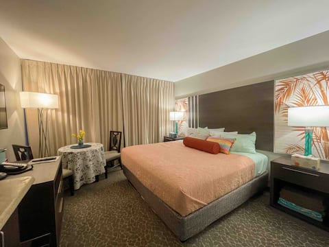 #3Newly Remodeled Studio, King Bed,  palm hotel