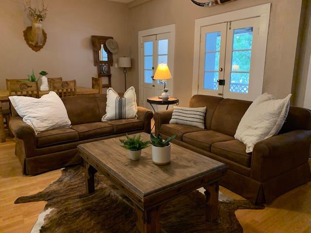 Historic Schmitz Hotel - Lone Star Suite - Breakfast Included