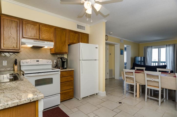The Blue Jay-Top floor 2 bedroom condo only blocks from the North End Fishing Pier