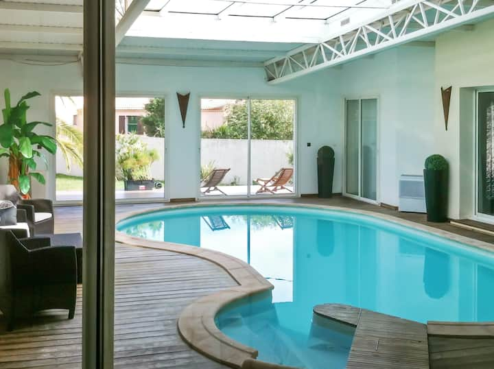 Villa de 5 habitaciones en Ghisonaccia, con magnificas vistas a las montañas, piscina interior, jardín cerrado