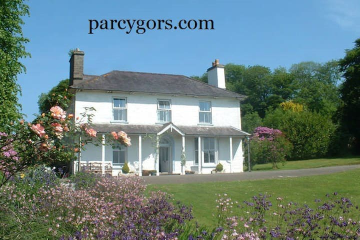 Large House in Wales. Up to 3 Dogs - Ponthirwaun - Maison