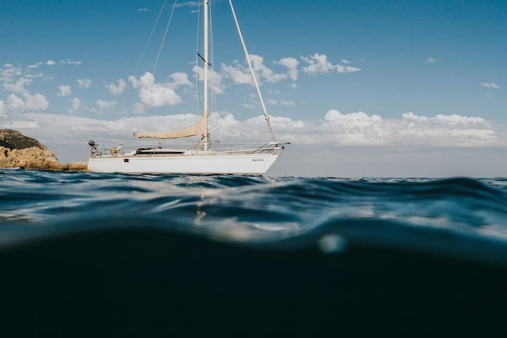 Stay on a sailboat in Cascais with all the comfort