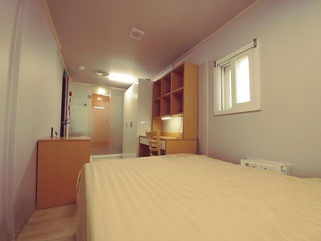 퀸사이즈 침대, 단독 화장실, 샤워실, 책상, 화장대, 장농이 비치되어 있습니다.  Queen type bed. Private bathroom. Free wifi.
