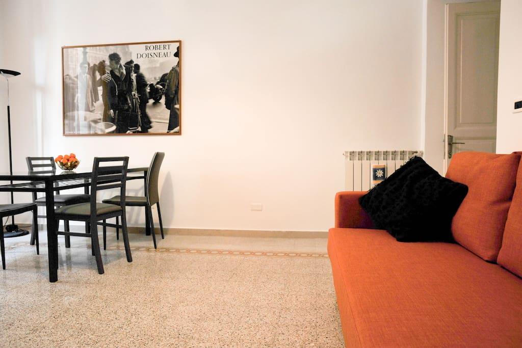 Ampio salotto... e con divano letto