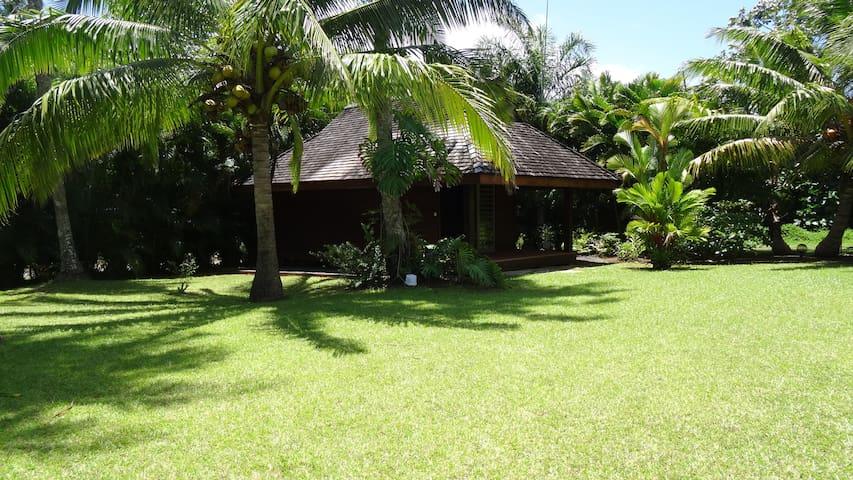 Bungalow dans jardin tropical avec piscine - Taravao - Bungalo