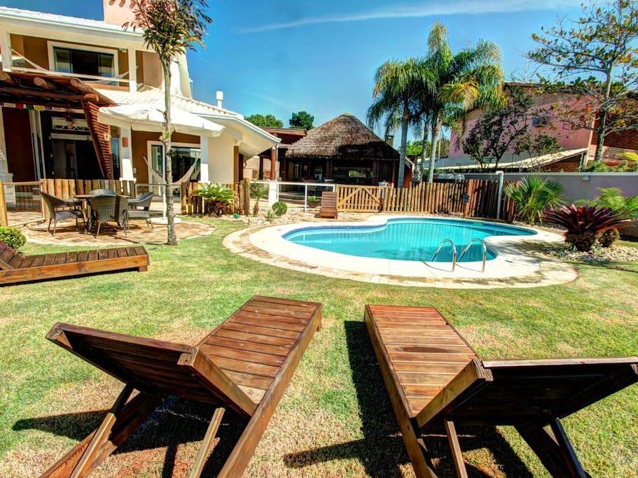 Área da piscina cercada e super agradável