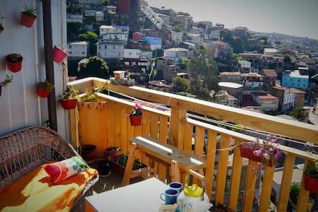 Dans un recoin poétique de la ville - Valparaiso - Aamiaismajoitus