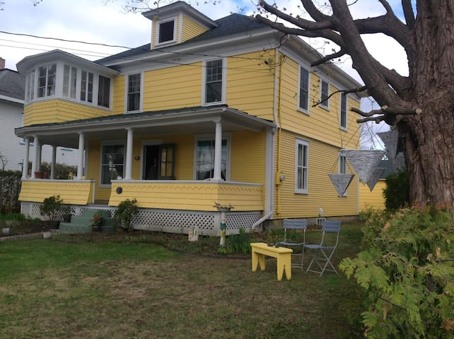 The Yellow House Bed and Breakfast (4 Bedrooms)