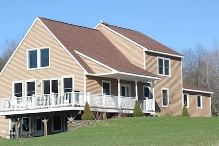 Modern, Open Concept Home 2 Miles from Colgate