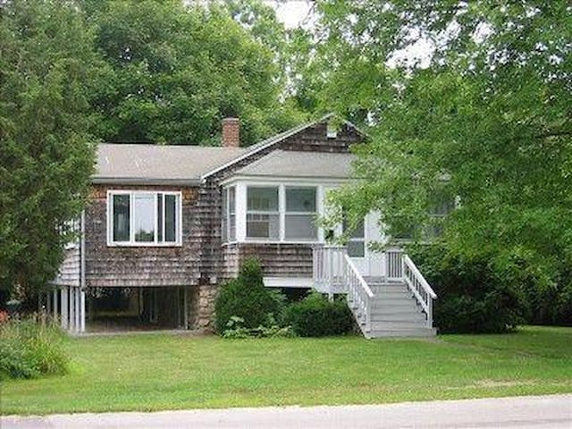 CHARMING MISQUAMICUT  COTTAGE - WALK TO BEACH