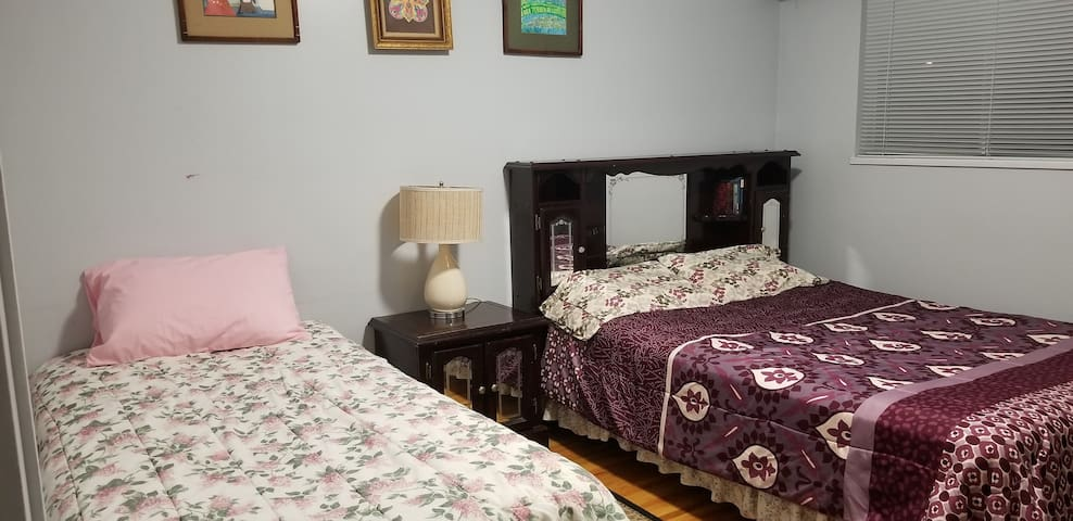 Cozy Private Room with Queen & Single bed