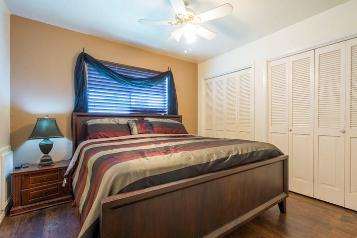 Classic Private Room - King Size Bed/ 55'' TV/ SW - Houston - Hus