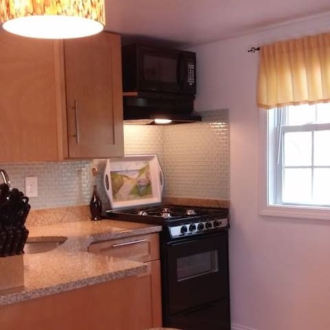 *Gorgeous 2 bed unit, close to all, with parking!* - Provincetown - Dům