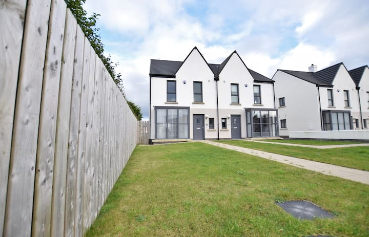 Modern Home near Town, Beach & Royal Portrush Golf