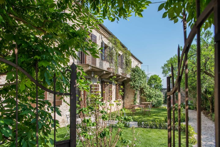 CasaZorzi Glycine-Guesthouse of a castle w/pool
