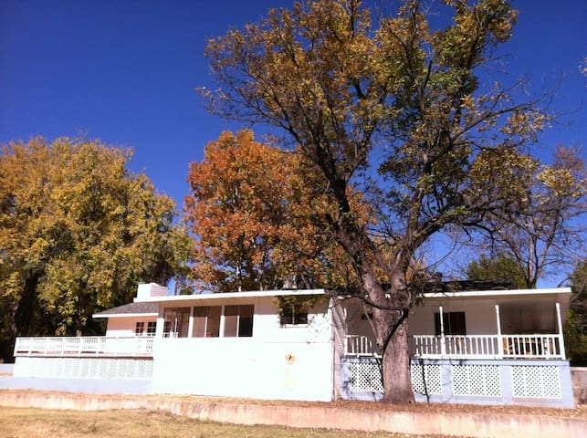 Summer Place Pecan Farm (Entire Home) - Camp Verde - Bed & Breakfast